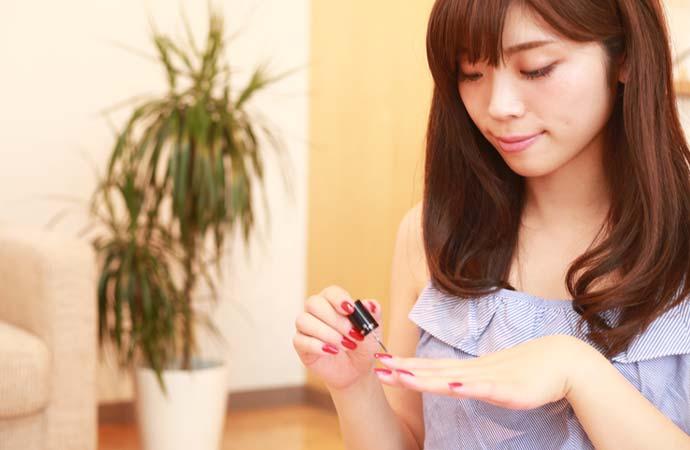 ネイルを塗っている女性