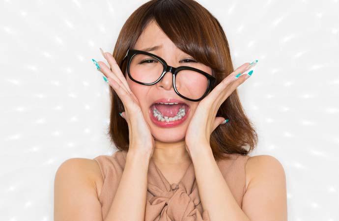 メガネのフレームが斜めになっている女性