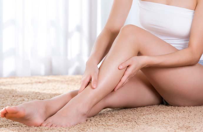 足をマッサージする女性