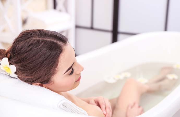 湯船につかって体をよく温める女性