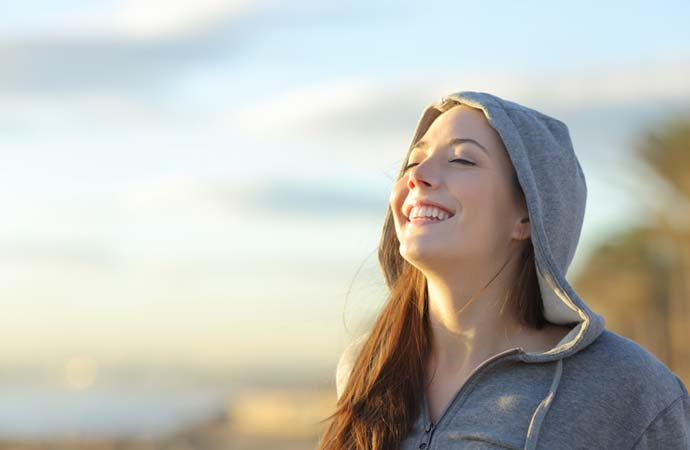 光を浴びる女性