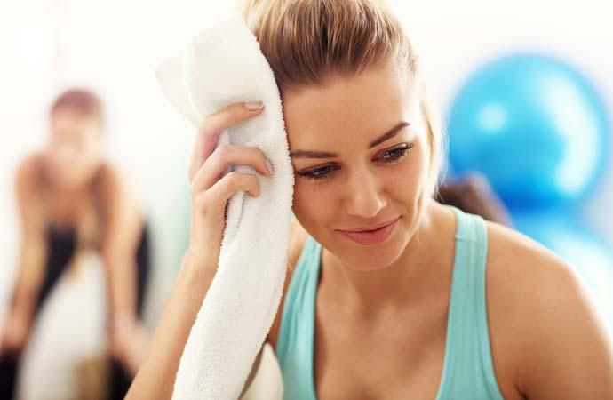 運動して汗をかく女性