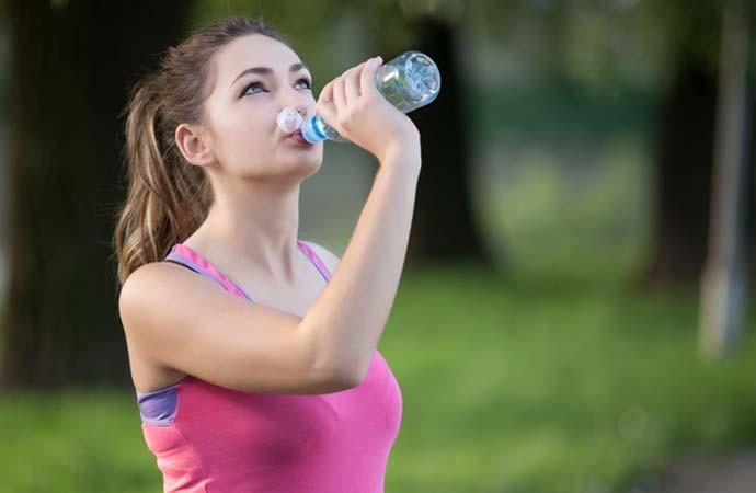 スポーツ飲料を飲む女性