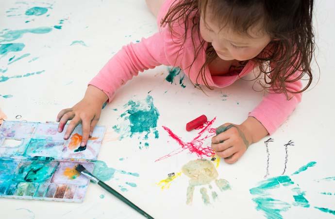 絵を描くのに夢中になる子ども