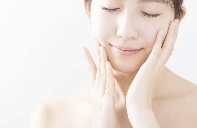 化粧水・乳液をつける女性