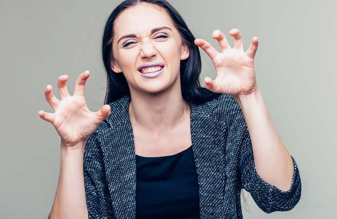 爪のトラブルを抱えている女性