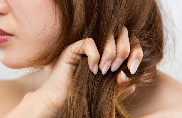 髪が傷んだ女性