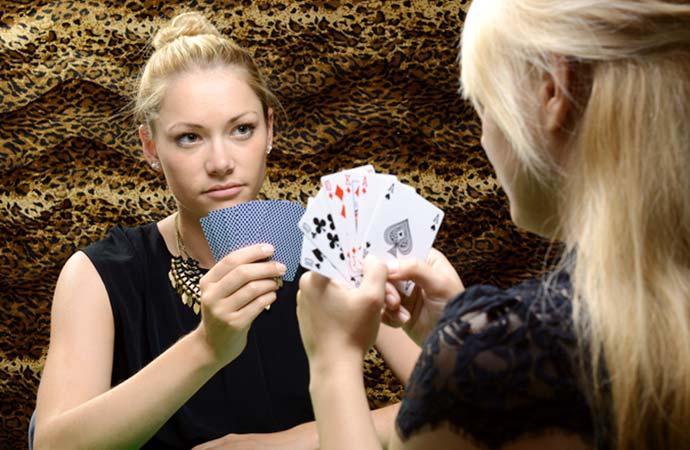 カードゲームをする女性