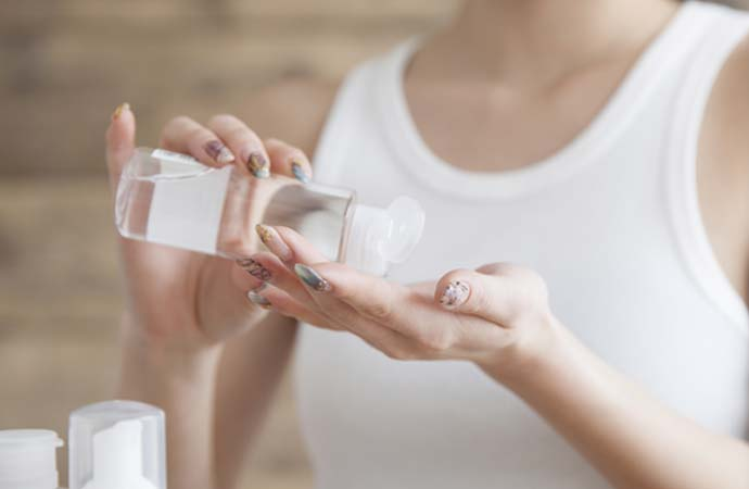 化粧水を選ぶ女性