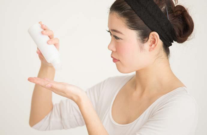シミ予防をする女性