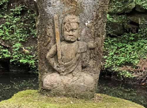 御岩神社:栗唐不動尊の石像